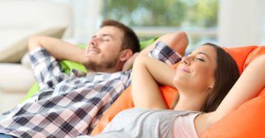 Pärchen geniesst saubere und gesunde Luft zu Hause