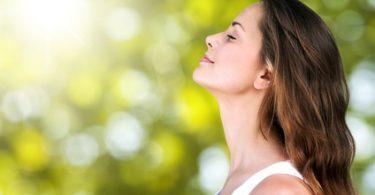 Frau atmet im grünen frei durch