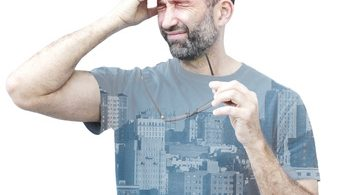 Doppelte Ansicht eines Mannes mit Kopfschmerzen und Häusern auf dem Shirt